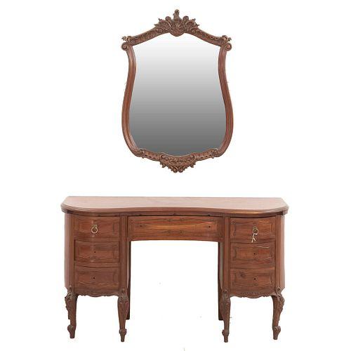 Tocador con espejo. SXX. Estilo Luis XV. Elaborados en madera. Tocador con 7 cajones, tiradores de metal. Espejo con luna biselada.