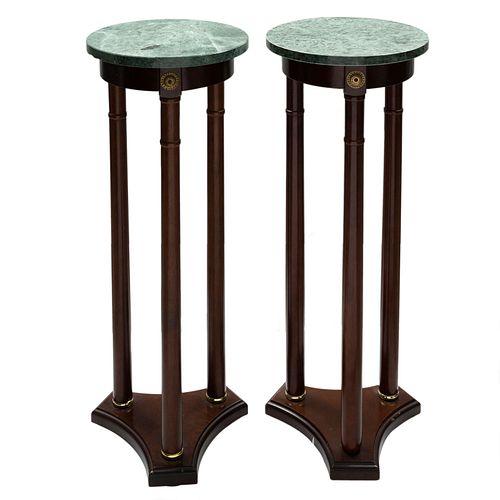 Par de mesas pedestal. SXX. Elaboradas en madera. Con cubierta de mármol verde. 82 cm de altura (cada una).