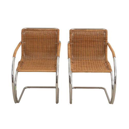 Par de sillones Cantilever. SXX. Diseño de Ludwig Mies van der Rohe. Estructura de metal cromado. Con resplados y asientos de mimbre.