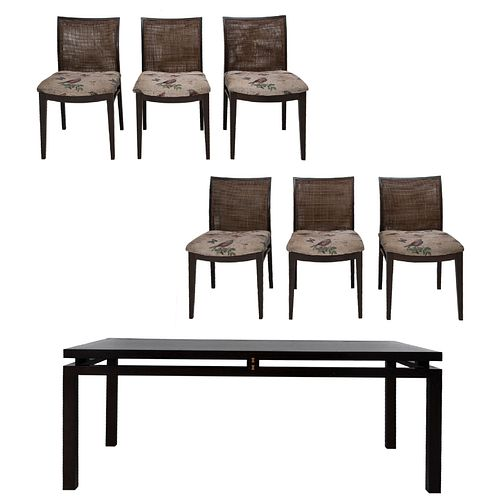 Comedor. Francia, SXXI. Marca Roche Bobois. Consta de: Mesa. Elaborada en madera. 6 sillas. Piezas: 7