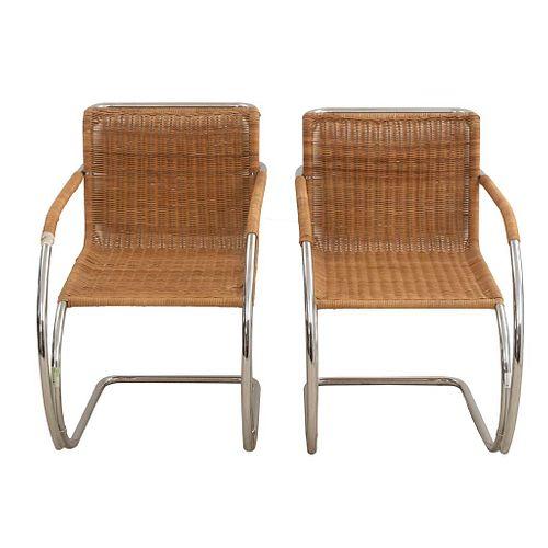 Par de sillones Cantilever. SXX. Diseño de Ludwig Mies van der Rohe. Estructura de metal cromado. Con respaldos y asientos de mimbre.