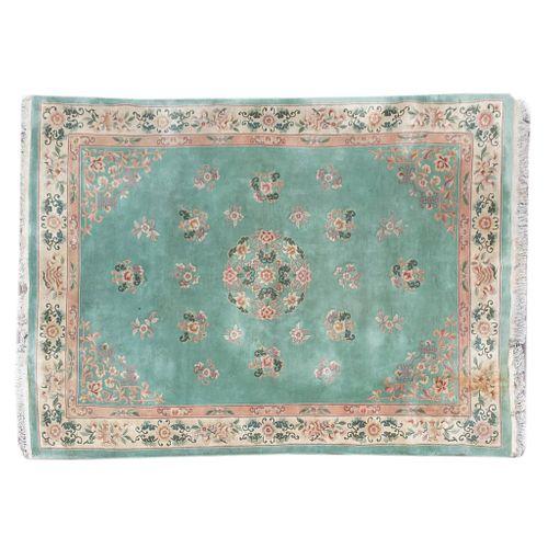 Tapete. China. SXX. Estilo Pekín. Elaborado en fibras de lana y algodón. Decorado con medallón central, grecas y elementos florales.