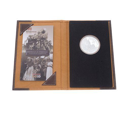 Estuche con una moneda del Centenario de la Revolución Mexicana 1910-2010 plata. Peso: 62.3 g. Estuche y certificado.