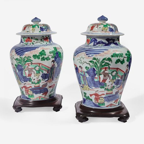 A pair of Chinese wucai decorated porcelain jars with covers 五彩带盖带底座大罐一对
