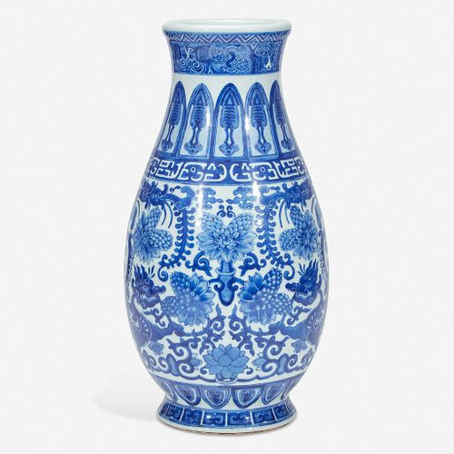 An unusual large Chinese blue and white porcelain archaistic vase 倣古风格青花瓷瓶 Qianlong six-character seal mark 乾隆六字款