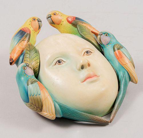 SERGIO BUSTAMANTE. Máscara con aves. Firmada. Elaborada en cerámica policromada. Serie 17/100. 32 cm de altura.