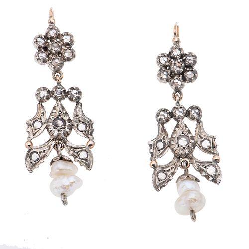 Par de aretes con perlas y simulantes en plata .800 y oro amarillo de 8k. 4 perlas de río color blanco. Peso: 14.7 g.