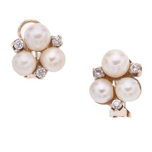 Par de aretes con perlas en oro amarillo de 14k. 6 perlas cultivadas color crema de 5 mm. Peso: 6.4 g.