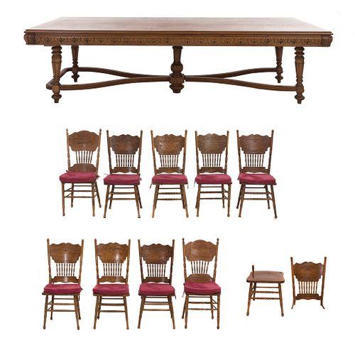 Comedor. SXX. Elaborado en madera tallada. Consta de: 10 Sillas. Estilo Art and Crafts. Mesa. Piezas: 11