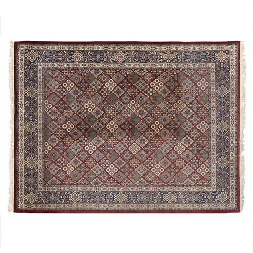 Tapete. India, SXX. Elaborado y anudado a mano en fibras de lana. Decorado con elementos casetonados, florales y orgánicos.