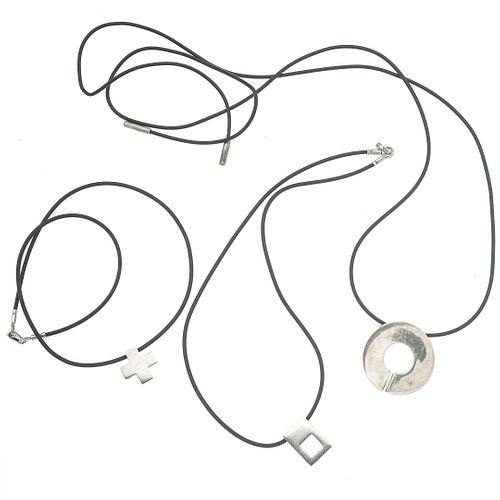 Tres collares de caucho con 3 pendientes de la firma Tane. Peso: 51.8 g.