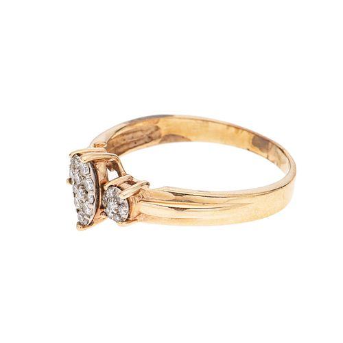 Anillo con diamantes en oro amarillo de 14k. 23 diamante corte 8 x 8. Talla: 9. Peso: 3.4 g.