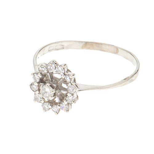 Anillo con diamantes en oro blanco de 18k. 13 diamantes corte brillante y 8 x 8. Talla: 8. Peso: 1.8 g.