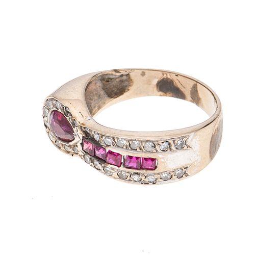 Anillo con rubíes y diamantes en oro blanco de 10k. 6 rubíes corte cuadrado y gota. 25 diamantes corte 8 x 8.