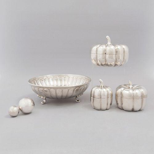 Lote de artículos decorativos. México, sXX. Elaborados en plata Sterling, ley 0.925 y 2 (esferas) en metal plateado. Peso plata: 1005 g