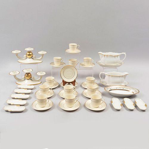 Lote de artículos de mesa. Alemania y México, sXX. Elaborados en porcelana Hutschenreuthen Hohenberg y Coronación. Piezas: 39
