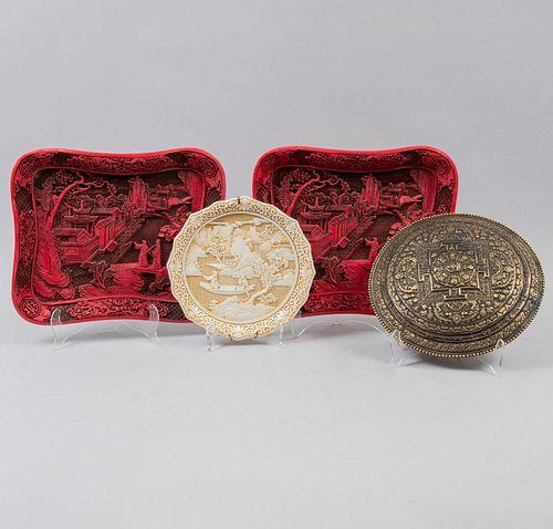 Lote de platos decorativos. Origen oriental, sXX. Elaborados en resina y uno en bronce. 2 acabado cinabrio y 1 acabado marfil. Piezas 4