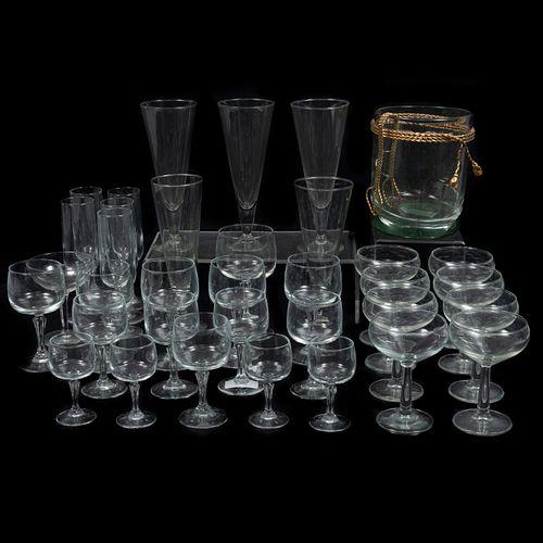 Juego de copas. SXX. Elaboradas en vidrio y metal dorado. Consta de 30 copas en diferentes tamaños y hielera. Piezas: 31