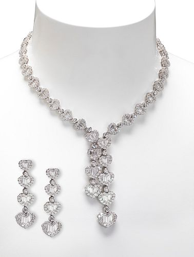 Set of necklace and pair of earrings in 18k white gold and diamond rosettes.