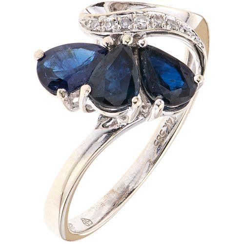 ANILLO CON ZAFIROS Y DIAMANTES EN ORO BLANCO DE 14K con zafiros corte pera ~0.75 ct y diamantes corte 8x8 ~0.03 ct. Talla: 7 ¼ | RING WITH SAPPHIRES A