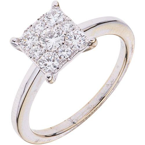 ANILLO CON DIAMANTES EN ORO BLANCO DE 14K con diamantes corte brillante ~0.60 ct. Peso: 3.4 g. Talla: 7 ¼ | RING WITH DIAMONDS IN 14K WHITE GOLD Brill