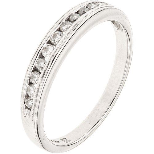 ANILLO CON DIAMANTES EN ORO BLANCO DE 14K con diamantes corte brillante ~0.11 ct. Peso: 2.3 g. Talla: 6 ¾ | RING WITH DIAMONDS IN 14K WHTIE GOLD Brill