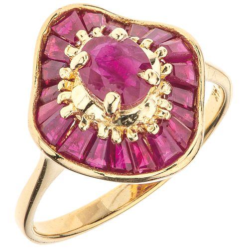 ANILLO CON RUBÍES EN ORO AMARILLO DE 14K rubíes corte trapezoide y oval ~1.36 ct. Peso: 3.9 g. Talla: 7 ¼ | RING WITH RUBIES IN 14K YELLOW GOLD Trapez