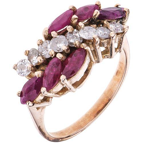 ANILLO CON RUBÍES Y DIAMANTES EN ORO AMARILLO DE 10K con rubíes corte marquise ~0.90 ct y diamantes corte brillante. Talla: 7 ½ | RING WITH RUBIES AND