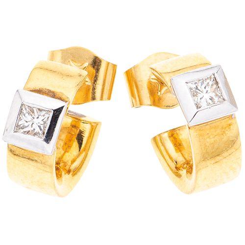 PAR DE ARETES CON DIAMANTES EN ORO AMARILLO Y BLANCO DE 18K con diamantes corte princess ~0.24 ct. Peso: 7.8 g | PAIR OF EARRINGS WITH DIAMONDS IN YEL