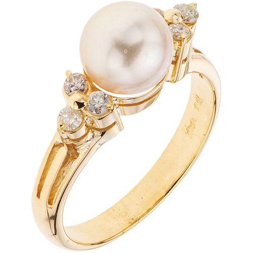 ANILLO CON PERLA CULTIVADA Y DIAMANTES EN ORO AMARILLO DE 14K con una perla color crema y diamantes corte brillante ~0.10 ct | RING WITH CULTURED PEAR