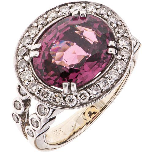 ANILLO CON ESPINELA Y DIAMANTES EN ORO BLANCO DE 14K con una espinela corte oval  ~10.10 ct y diamantes corte brillante~1.0 ct | RING WITH SPINEL AND