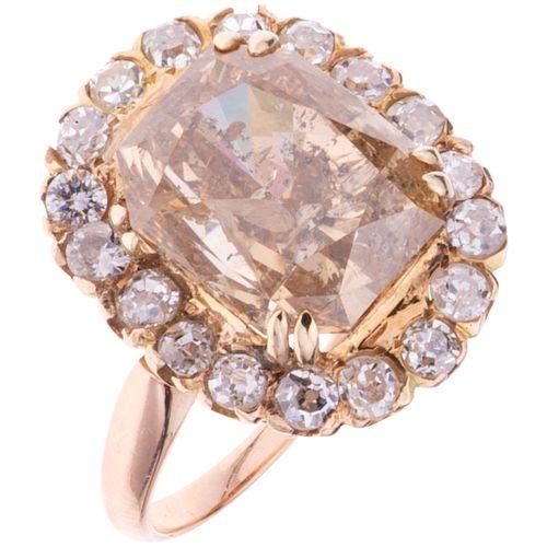 ANILLO CON DIAMANTES EN ORO ROSA DE 18K con un diamante corte esmeralda radiante ~7.55 Claridad: I2-I3 Color: champagne | RING WITH DIAMONDS IN 18K PI