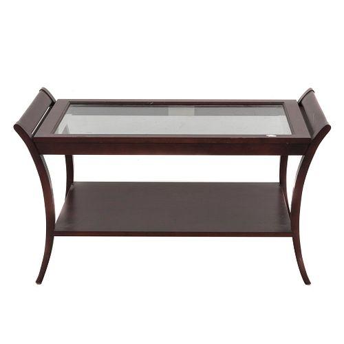 Mesa auxiliar. SXX. Elaborada en madera enchapada. A a dos niveles. Con cubierta de cristal rectangular, entrepaño inferior.