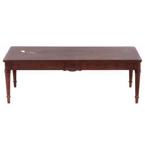 Mesa auxiliar. SXX. Elaborada en madera. Cubierta rectangular, fustes acanalados y soportes tipo carrete. Decorada con molduras.