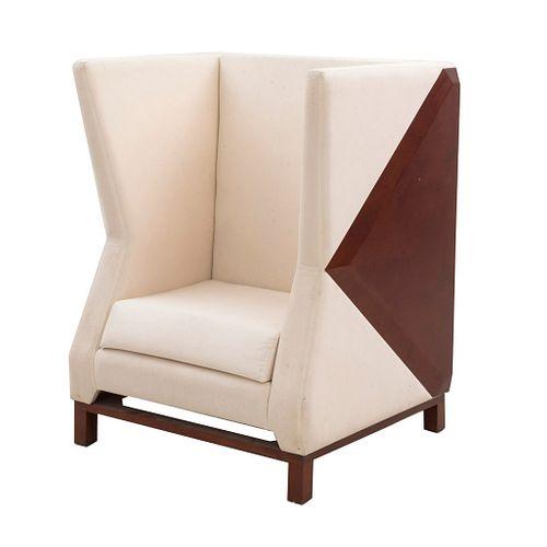 Sillón. SXX. Estructura de madera con tapicería textil de tela color hueso. Con respaldo cerrado y soportes lisos.