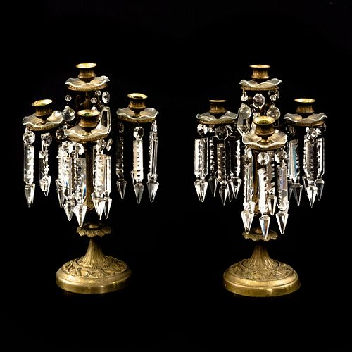 Par de candelabros. SXX. Elaborados en metal dorado. Con pendientes de cristal facetado. Para 5 luces cada uno.
