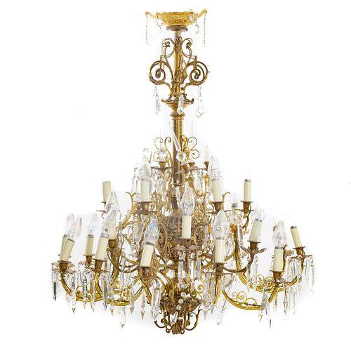 Candil. Origen europeo, SXX. Estructura de metal dorado. Con aplicaciones de cristal facetado. Decorado con elementos florales.