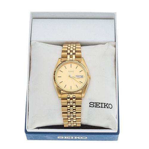 Reloj Seiko. Movimiento de cuarzo. Caja en acero dorado de 35 mm. Carátula color dorado con índices de barras. Pulso acero.