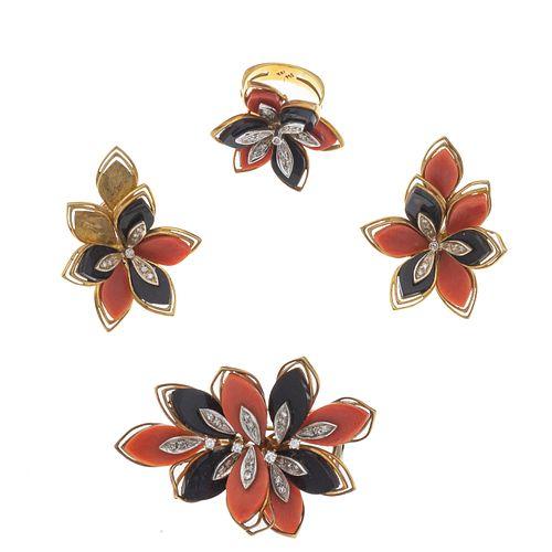 Prendedor, anillo y par de aretes con corales, ónix y diamantes en oro amarillo de 18k. 14 mosaicos de corales en talla de gota.