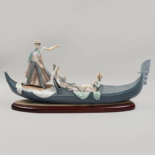 En la góndola. España, SXX.  Porcelana Lladró acabado brillante. Diseño de Francisco Catalá y decorado de Julio Ruiz.