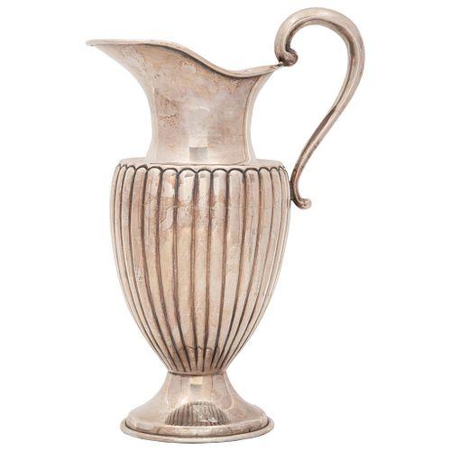 JARRA SIGLO XX Elaborada en plata mexicana sterling .925 Diseño gallonado y martillado Detalles de conservación Peso: 867 g 30.5 cm