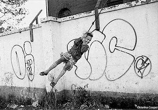 Martha Cooper, Girl on rope swing with graffiti wall