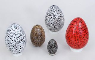THREE SPECKLED GLASS EGGS AND TWO FEATHERED EGGS