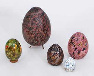 GROUP OF FOUR SPECKLED GLASS EGGS AND A PERSIAN STYLE EGG WITH HUNT SCENE