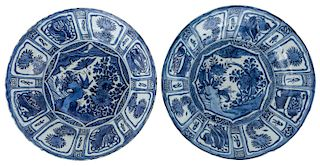 A PAIR OF CHINESE BLUE AND WHITE KRAAK CHARGERS, LATE MING DYNASTY