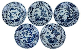 A SET OF 5 CHINESE BLUE AND WHITE DISHES, LATE MING DYNASTY