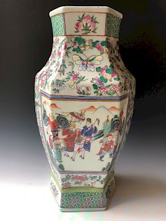 A CHINESE ANTIQUE FAMILLE-ROSE VASE, 19C