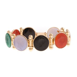 A Ladies Intaglio Bracelet in 14K Gold