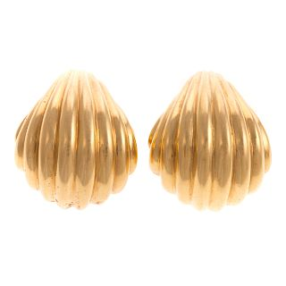 A Pair of Ladies Clip Ridged Earrings in 18K
