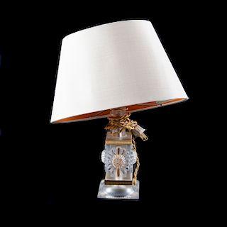 Lámpara de mesa. Francia, siglo XX. Elaborada en cristal Lalique. Decorada con motivos florales y detalles dorados. Firmada en base.